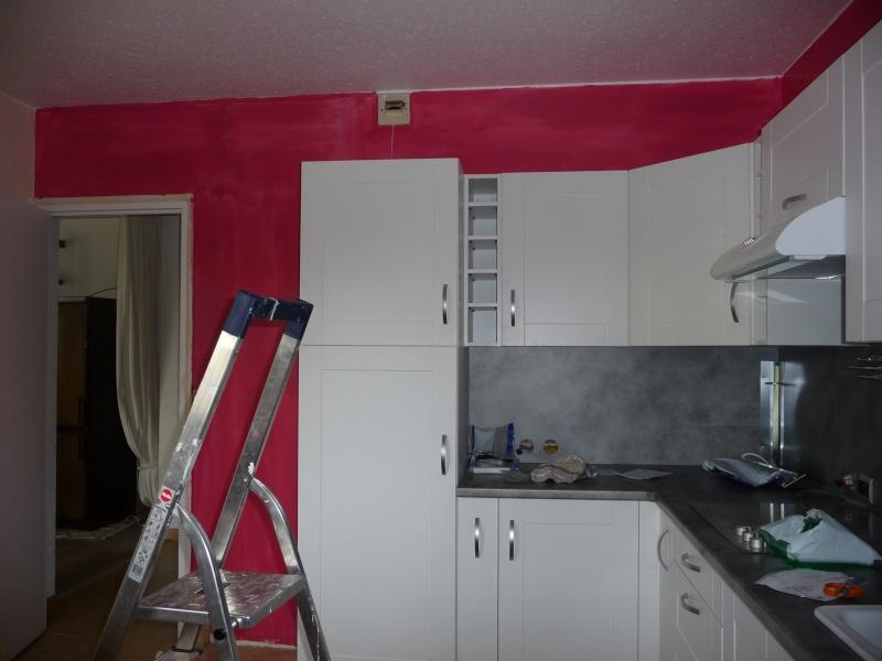 Excellent aprs la premire couche with cuisine blanche mur for Mur cuisine framboise