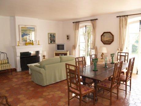 Petite villa de mandy rwada et de bastien jacquemart for Salle a manger bastien