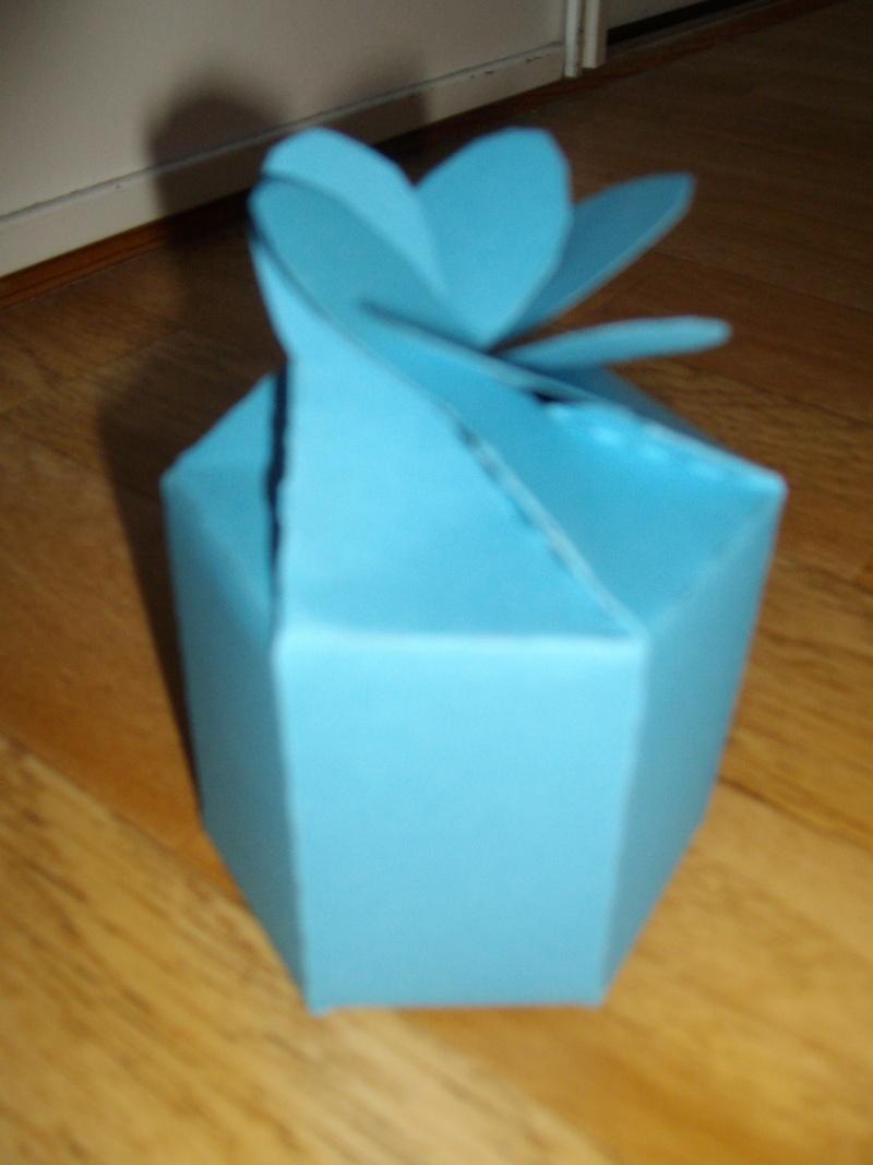 Bo te six c t s avec fermeture en forme de p tales de - Boite cadeau origami facile ...
