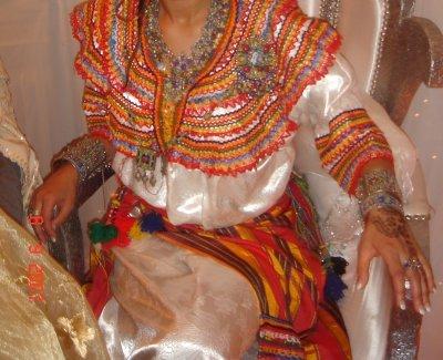 Mais ce quil faut savoir cest quavant les femmes kabyles portait des robes très très ressemblantes à la mlehfa chaoui. Mais cest la robe kabyle actuelle